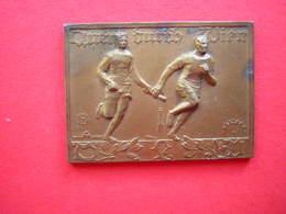 ANCIENNE ET BELLE PETITE PLAQUE EN BRONZE QUER OURCH LIEN1932  2 COUREURS A PIEDS PASSAGE DE RELAIS - Athlétisme