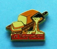 1 PIN'S  //   ** FROMAGE à RACLETTE // LE RAQUELON ** . (Arthus Bertrand Paris) - Arthus Bertrand