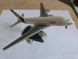 Maquette Métal Avion AIRBUS A-380 Premières Couleurs Du Constructeur - Avions & Hélicoptères