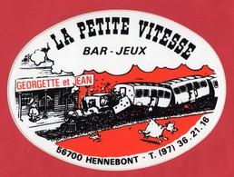 -- AUTOCOLLANT - HENNEBONT (Morbihan) LA PETITE VITESSE - Bar -Jeux - GEORGETTE Et JEAN  -- - Autocollants