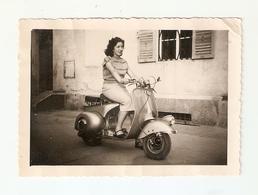 """FO--00042-- FOTO ORIGINALE - RAGAZZA A BORDO DI UNA """"VESPA 125"""" ANNI 1949-1951 - Foto"""