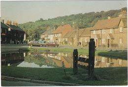 Aldbury: TRIUMPH 1300, FORD CORTINA MK4 - Village Stocks & Whipping Post - (Hertfordshire) - Toerisme