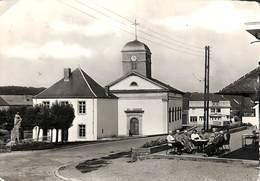 Chiny - L'Eglise Et La Maison Communale (animée, Photo Véritable 1961) - Chiny