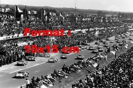 Reproduction D'une Photographie Ancienne D'un Départ Avec Ferrari 330P Aux 24 Heures Du Mans De 1964 - Reproductions