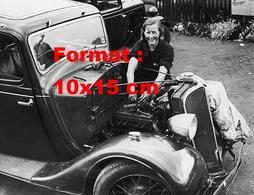 Reproduction D'une Photographie Ancienne D'une Femme Mécanicienne Sur Le Moteur D'une Automobile En 1937 - Reproductions