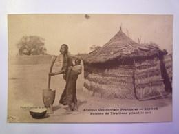 NIGER  -  ZINDER  :  Femme De TIRAILLEUR  Pilant Le Mil   XXX - Niger