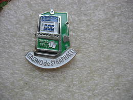 Pin's Machine à Sous Du Casino De Saint RAPHAEL. D'autres Pin's Identiques En Vente Avec Des Variantes De Couleurs - Games