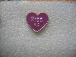 Pin's Humoristique: KISS ME Dans Un Coeur De Couleur Violet - Badges