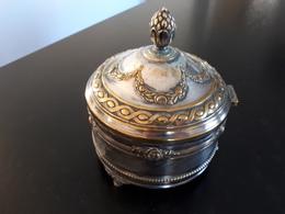 Boite Ancienne ( Type Bonbonnière) En Métal Argenté - Boxes