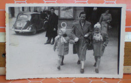 Foto Bambine A Passeggio Auto D'epoca Cartolina Fotografica Ferrania Formato Piccolo - Children And Family Groups