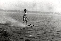Photo Originale Ski Nautique Et Skieur à Son Aise Qui Surf Sur Les Vagues En 1971 - Sports