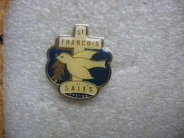 Pin's Enseignement Catholique Privé, École Privée Cours Saint-François-de-Sales De TROYES. - Badges