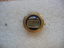 Pin's Montre à Quartz. Pile à Changer - Badges