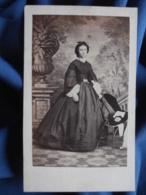 Photo CDV Lenternier Au Hâvre - Noblesse Second Empire, Jeune Femme Dans Un Joli Décor, Robe à Crinoline Ca 1865 L416 - Oud (voor 1900)