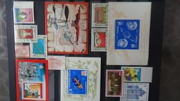 Timbres Et Blocs ** De Différents Pays . A Saisir !!! - Collections (en Albums)