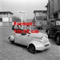 Reproduction D'une Photographie Ancienne D'une Automobile Vespa 2 Places Adaptable Sur Scooter Au Concours Lépine 1958 - Reproductions