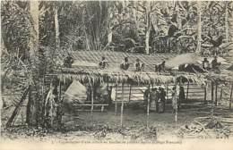 CONGO CONSTRUCTION D'UNE TOITURE EN FEUILLES DE PALMIER RAPHIA - Congo Français - Autres