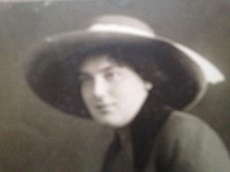 WIEN - VICTOR ANGERER - HILDA - JUNGE FRAU MIT HUT UND ROSE - 1912 - Identifizierten Personen