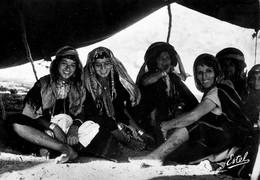 Femmes Bedouines Sous La Tente - Timbres