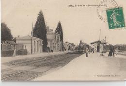 LA BROHINIERE ( I. Et V. ) - La Gare. Personnages Et Train à Quai. - Francia