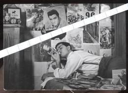 BELLA FOTO PRIVATA ORIGINALE ANNI 50 CON POSTER DI ELVIS PRESLEY (cm 10,5 X 7,5) - Affiches