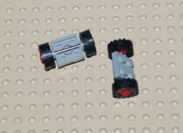 Lego Lot 2x Ensemble Roue Plate Gris 2x2 Avec Roue Rouge Et Pneu Noir Ref 122c01assy2 - Lego Technic