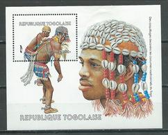 Togo Bloc-feuillet YT N°240 Des Coquillages Décorent Les Costumes Traditionnels Du Togo Neuf/charnière * - Togo (1960-...)