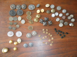 1 LOT  DE  85  ANCIENS BEAUX BOUTONS EN  METAL - Boutons
