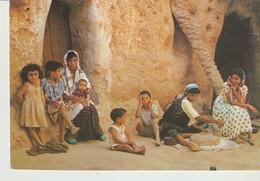 CP - PHOTO - SUD TUNISIEN - VIE DE FAMILLE - TANIT - 176 - MAISONS TROGLODYTES - Túnez