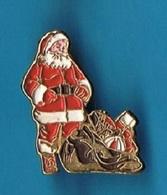 1 PIN'S  //    ** LE PÈRE NOËL / ET SES CADEAUX ** - Christmas