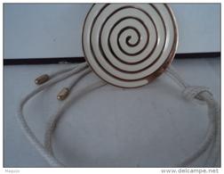 """HELENA RUBINSTEIN """" PENDENTIF /CORDELETTE  SIGLE AU VERSO      LIRE ET VOIR!! - Miniatures Modernes (à Partir De 1961)"""
