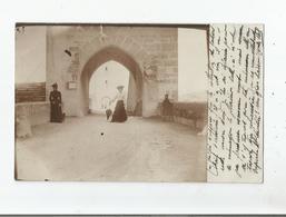 CAHORS (LOT) CARTE PHOTO FEMMLES AUX CHAPEAUX ET ENFANT DEVANT UNE PORTE DU PONT VALENTRE 1904 - Cahors