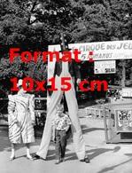Reproduction D'une Photographie Ancienne D'un Enfant Entre Les Jambes D'un Clown Sur échasses Et D'un Clown Pierrot 1959 - Reproductions