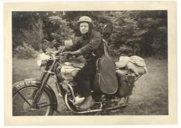 Photo Homme Sur Sa Moto Avec Sa Guitare, Vacancier, Lac D'Annecy 1953 ( Modèle à Identifier ), Immat. 69 Rhône - Photos