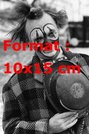 Reproduction D'une Photographie Ancienne D'un Clown De Cirque Tenant Son Chapeau Contre Lui En 1979 - Reproductions