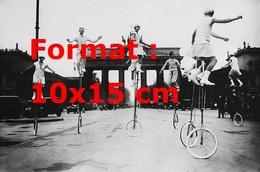 Reproduction D'une Photographie Ancienne D'équilibristes Sur Des Monocycles - Reproductions