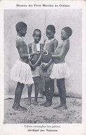 Archipel Des Salomon Iles Salomon Missions Des Pères Maristes En Océanie Enfants Contemplant Leur Portrait - Salomon
