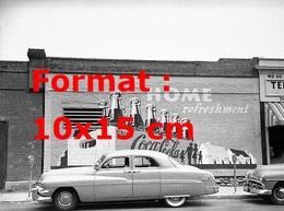 Reproduction Photographie Ancienne D'une Automobile Garée Devant Un Mur De Briques Avec Une Publicité Coca Cola Peinte - Reproductions