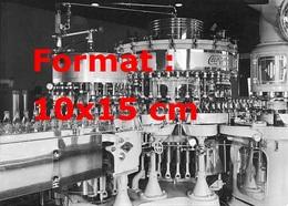 Reproduction D'une Photographie Ancienne D'une Vue De La Machine Pour Les Bouteilles En Verre De Coca Cola En 1950 - Reproductions