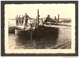 PHOTO ORIGINALE GUERRE CALAIS 1940 SOLDATS ALLEMANDS DANS LE PORT PONTONNIERE -  LIRE TEXTE AU DOS - 2 Scans  - - Guerra, Militares