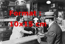 Reproduction D'une Photographie Ancienne D'une Barman Servant Un Coca Cola à Un Client En 1927 - Reproductions