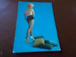 B710  Donna In Posa Non Viaggiata Pieghina Angolo - Cartoline
