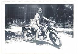 Photo Femme Sur Moto   ( Modèle à Identifier ) - Photos