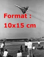 Reproduction D'une Photographie Ancienne De Spectateurs Regardant Le Vol Du Concorde - Reproductions