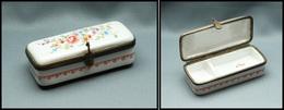 """Boîte En Porcelaine à Décor De Fleurs, Cerclage Bronze, """"violon"""" En Boucle De Fermeture, Signée """"L.C"""", 2 Comp., 85x35x25 - Stamp Boxes"""