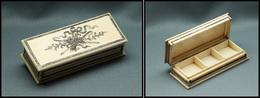 Boîte En Ivoire, Fin Décor Doré Sur Couvercle, 3 Comp., 80x33x20mm. - TB (cf Spink 2009 N°339) - Stamp Boxes