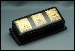 """Boîte En Cuir Vert-bouteille, Timbres """"Sage"""" Au Fer En Décor, 3 Comp., 92x42x24mm. - TB - Stamp Boxes"""