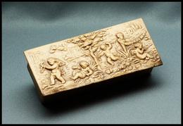 Boîte En Cuir Beige, à Décor D'angelots En Relief Sur Couvercle, 3 Comp., 90x38x28mm. - TB - Stamp Boxes
