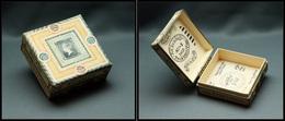 """Boîte Anglaise En Carton """"Catriona Stewart"""", Décor """"Reine Victoria Et Marquée Stamps, 1 Comp., 70x70x30 Mm. - TB (cf BB - Stamp Boxes"""