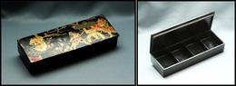 Boîte Chinoise En Papier Mâché, Scène De Vie Traditionnelle En Décor, 4 Comp., 145x50x25mm. - TB - Stamp Boxes